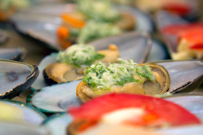 мидии с сыром и зеленью