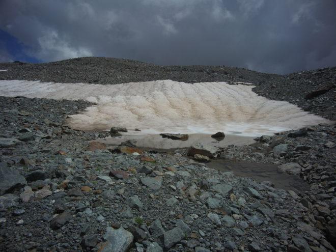 Первый снег выпал в горах